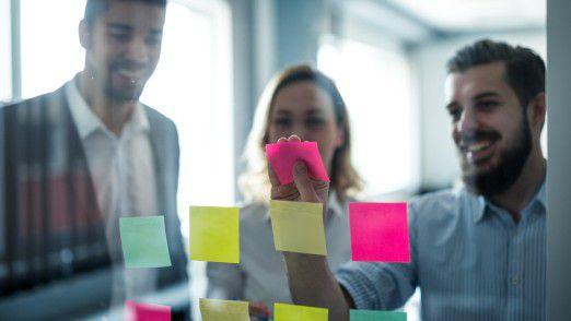 Design Thinking bedient sich häufig einfacher analoger Techniken wie Haftzetteln und Whiteboards.
