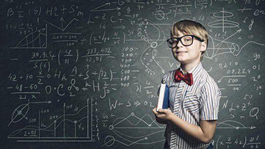 Wie in der Steinzeit und doch Alltag in der Schule: Schüler vor einer Tafel mit Kreide.