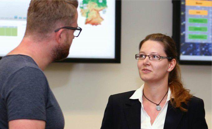 Wirtschaftsinformatikerin Julia Langenberg arbeitet in einem der Rechenzentren von BWI, dem IT-Dienstleister der Bundeswehr. Seit vergangenem Jahr leitet die 29-Jährige die Abteilung Storage, Backup und Network und führt ein Team von 26 Administratoren.