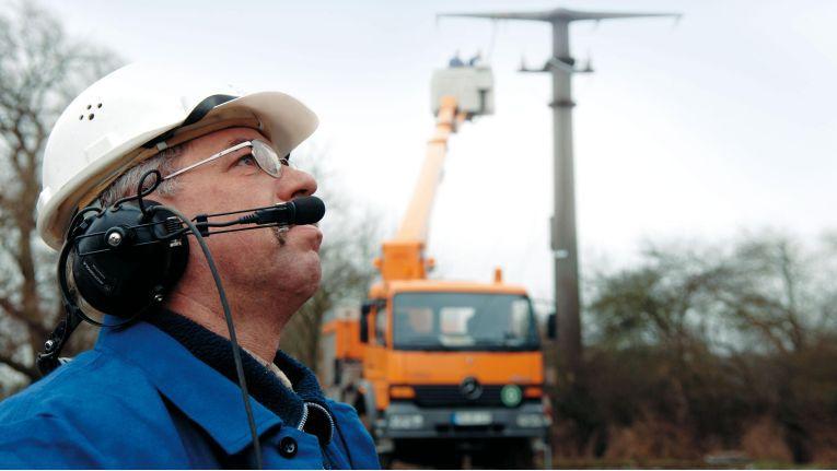 Die Monteure und Bauleiter bei der Montage von Verteilnetzen befreit die IT durch ihr Digitalisierungsprojekt von administrativen Aufgaben.