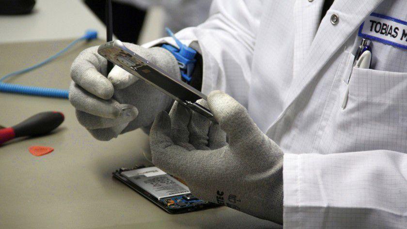 Qualifizierte Spezialisten reparieren bei LetMeRepair in Kleinmachnow bei Berlin im Samsung-Auftrag Smartphones.