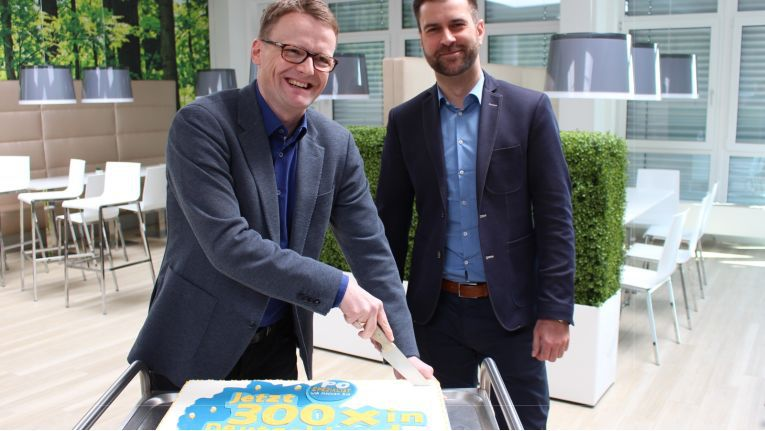 Dass Erreichen der Partnerzahl von 300 bei PC-Spezialist feierten Synaxon-Vorstand Mark Schröder und Kooperationsleiter Hendrik Schütte 2016 mit einer Torte