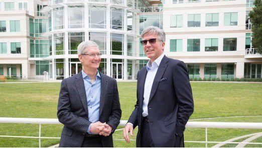 """Apple-CEO Tim Cook und SAP-CEO Bill McDermott verkünden am Apple-Campus in Cupertino eine neue Parterschaft, um die geschäftliche Nutzung von iPhones und iPads zu """"revolutionieren""""."""
