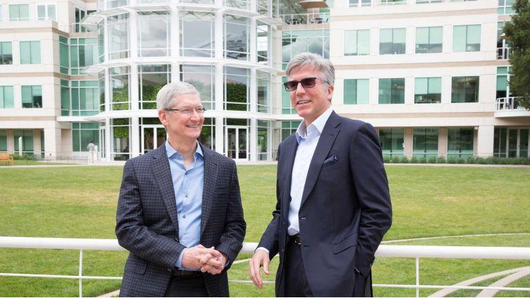 Apple-CEO Tim Cook und SAP-CEO Bill McDermott verkünden am Apple-Campus in Cupertino eine neue Parterschaft, um die geschäftliche Nutzung von iPhones und iPads zu 'revolutionieren'