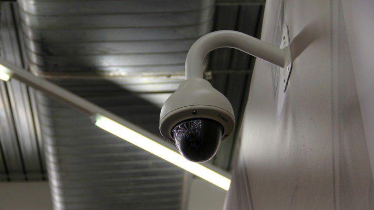 Sobald an öffentlichen Stellen Beobachtungen und Aufnahmen durchgeführt werden, kann eine Vielzahl von Rechtsregeln ins Spiel kommen. Doch jede Videoüberwachung eines öffentlich zugänglichen Raums setzt voraus, dass einer der im Gesetz vorgesehenen drei Rechtfertigungsgründe für eine solche Überwachung vorliegt.