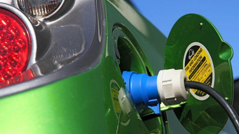 Autos mit Elektro- und Hybridantrieb bieten sowohl Arbeitnehmern als auch Arbeitgebern erhebliche Steuervorteile.