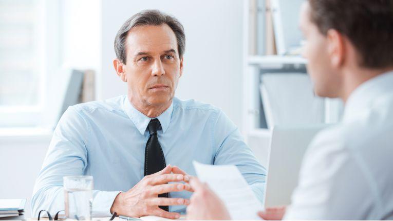 Auf dem Chefsessel sitzen: Nicht jeder, der dort Platz nimmt, hat automatisch Führungsqualitäten.