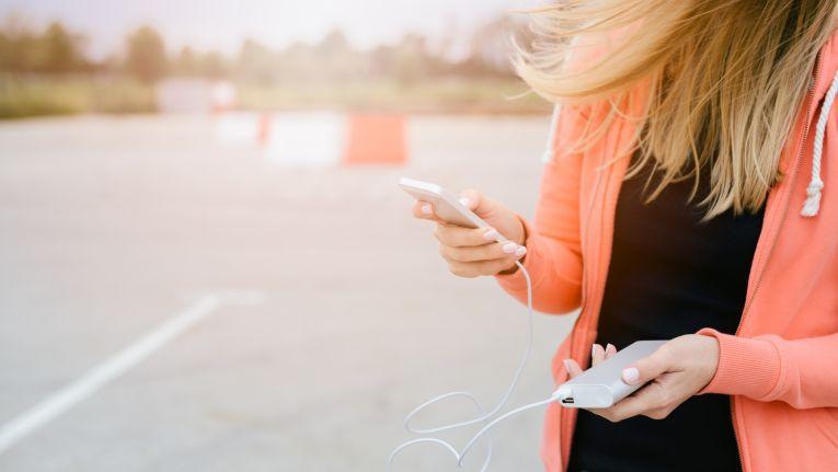 Powerbanks ermöglichen das Aufladen von Mobilgeräten jenseits jeder Steckdose.