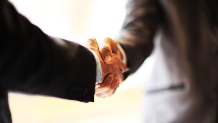 Wer Fettnäpfchen im Job vermeiden will, sollte einige Regeln beachten. Denn mit einer korrekten Begrüßung allein ist es noch lange nicht getan.