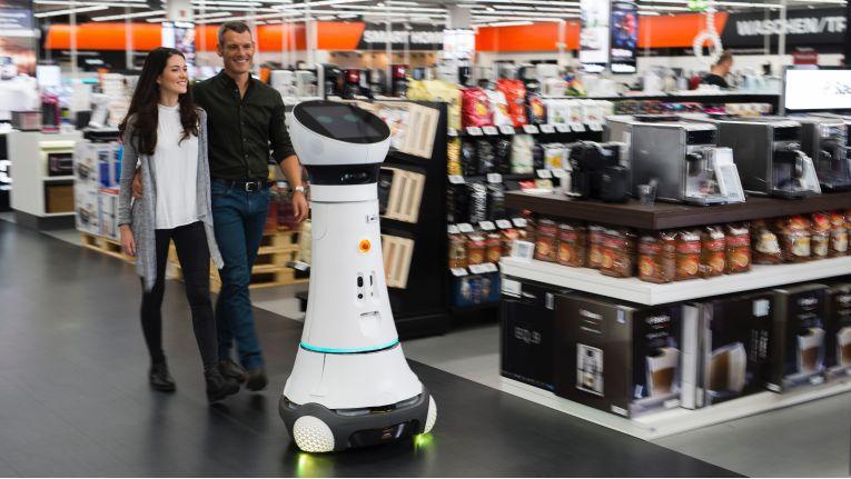 """Kommt gut an: Assistenzroboter """"Paul"""" im Einsatz im Saturn-Markt in Ingolstadt"""