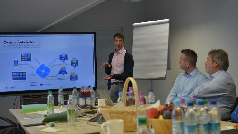 Mathias Meinke, CTO bei OneClick, erklärt Dominik Birgelen, CEO bei OneClick und Matthias Jablonski, Vorstand bei Kiwiko, wie das Geschäft mit Managed Services profitabel gestaltet werden kann.