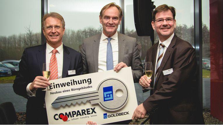 Bei der symbolischen Schlüsselübergabe ließen sich von rechts Vorstandsvorsitzender Wilfried Pruschak, Oberbürgermeister Burkhard Jung und Deutschlandchef Achim Herber für das Firmenalbum ablichten.