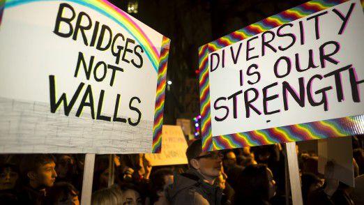 Auf der ganzen Welt protestieren seit Tagen Menschen gegen Trumps Einreisebahn (im Bild: Proteste am 30. Januar in London).
