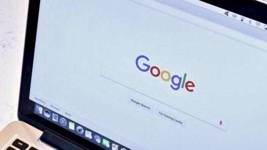 Im jahrelangen Wettbewerbsverfahren um die Shopping-Suche von Google greift EU-Wettbewerbskommissarin Margrethe Vestager mit einem Rekord-Bußgeld durch. Google hält sich offen, gegen die Strafe von 2,42 Milliarden Euro vor Gericht zu ziehen.