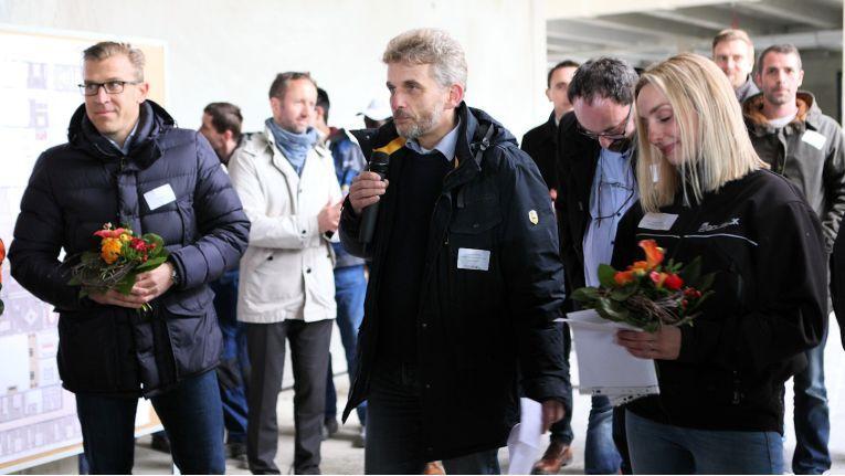 Beim Richtfest sind links der Architekt, in der Mitte Netzlink-Geschäftsführer Sven-Ove Wähling und die Vertreterin des ausführenden Bauunternehmens zu sehen.