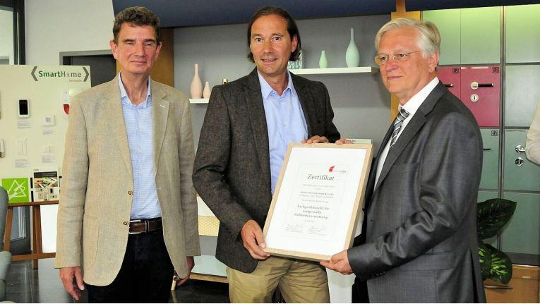 Von links die Geschäftsführer Eckhard Steinrück und Jörg Menzel sowie Günther Ohland, Vorstandsvorsitzender der SmartHome Initiative Deutschland e.V. bei der Übergabe des Zertifikats.