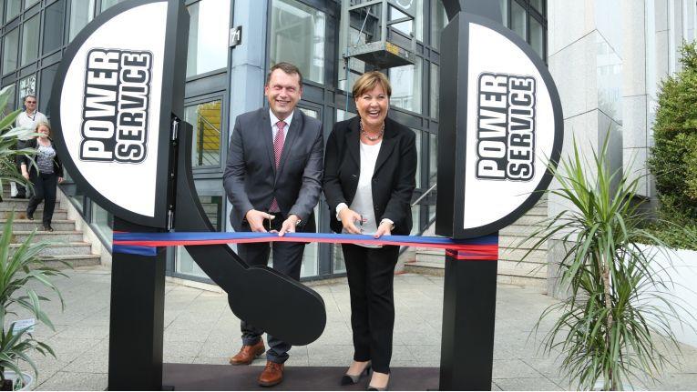 Holger Kelch, Oberbürgermeister der Stadt Cottbus, und Ilona Weigand, Geschäftsführerin der Power Service GmbH, bei der offiziellen Eröffnung des Contact Centers