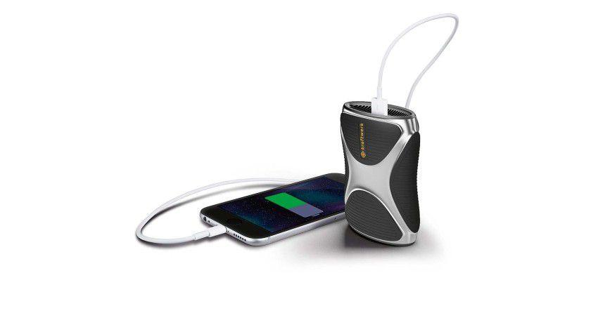 """Die mobile Brennstoffzelle """"Kraftwerk"""" von eZelleron soll Smartphones bis zu fünfmal komplett aufladen."""
