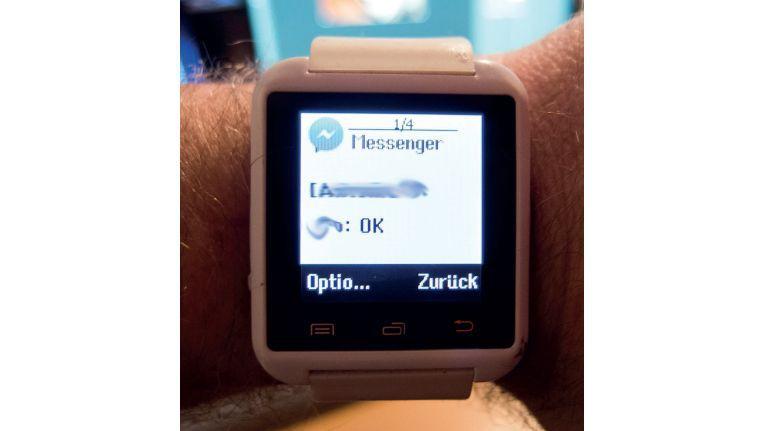 Die etwa 20 Euro teure U Watch U8 lässt kaum Modifikationen zu, ermöglicht beispielsweise aber das Lesen von Nachrichten oder die Fernbedienung der Smartphone-Kamera