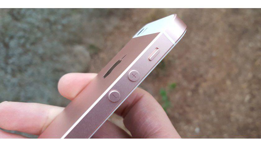 Das iPhone SE ist fast baugleich zum iPhone 5S. Selbst die Tasten sind an der identischen Stelle verbaut.