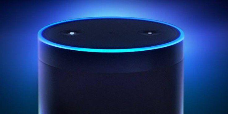 Die Oberseite von Echo mit den Bedienknöpfen und den Mikrofonen sowie den LEDs.