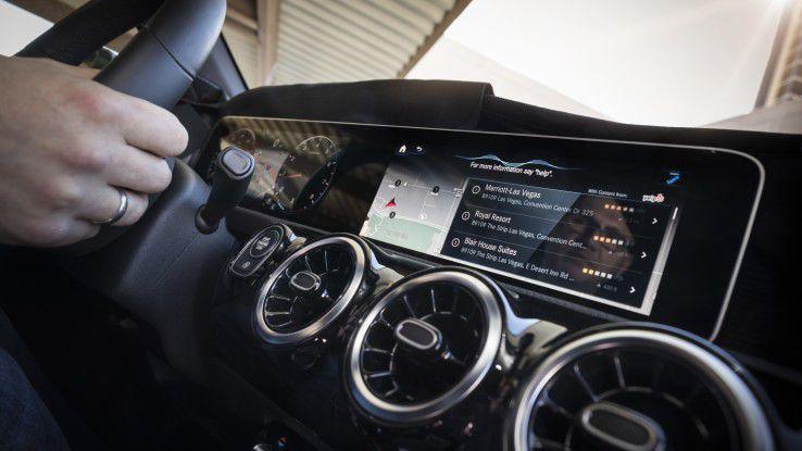 Das Infotainment-System MBUX (Mercedes Benz User Experience) unterstützt den Fahrer mit einem KI-basierten Sprach-Interface.