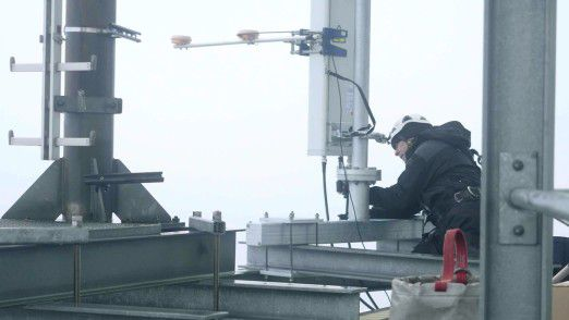 Montage der 5G Antenne auf dem Hamburger Fernsehturm in 185 Metern Höhe.