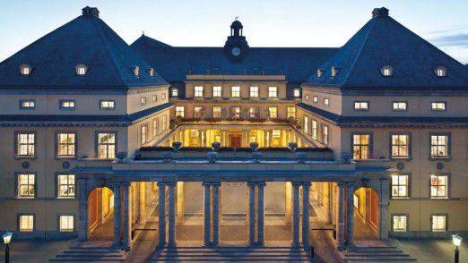 Hauptsitz der Munich Re bei Nacht. Das Wissen der Mitarbeiter wird jetzt einfach geteilt.