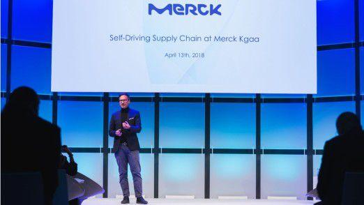Merck Healthcare-CIO Alessandro de Luca skizziert auf dem Innovationsforum von Accenture seine Vision einer selbststeuernden Lieferkette.