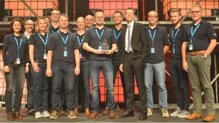"""Arvato Systems erheit den """"Think Big Award 2017"""" von AWS. CEO Matthias Moeller (4ter von rechts) zeigt sich sichtlich erfreut."""
