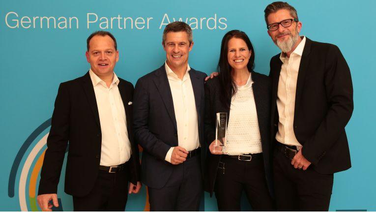 Hier empfängt Bechtle-Vorstand Michael Guschlbauer einen Partner-Award von Cisco.