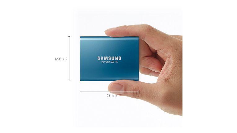 Die leistungsfähige Samsung Portable SSD T5 mit Vollmetallgehäuse und einer Grundfläche, etwa so groß wie eine Visitenkarte.