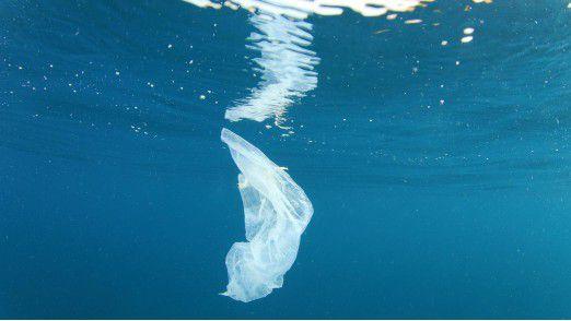 Plastiktüte: Plastikmüll landet oft im Meer und richtet dort große Schäden an.