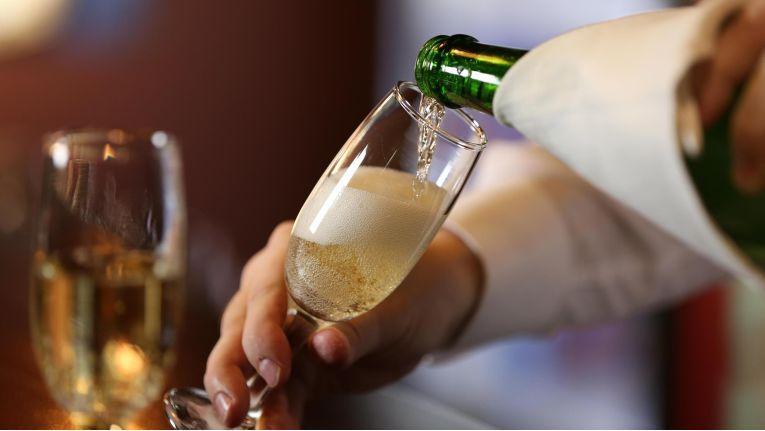 Edeka-Händler Heinz Zurheide umwirbt in seinem siebten Supermarkt die Kunden mit einer Champagnerbar.