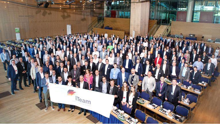 Alle Teilnehmern am iTeam-Jahreskongress 2018 in Dresden im Gruppenbild.