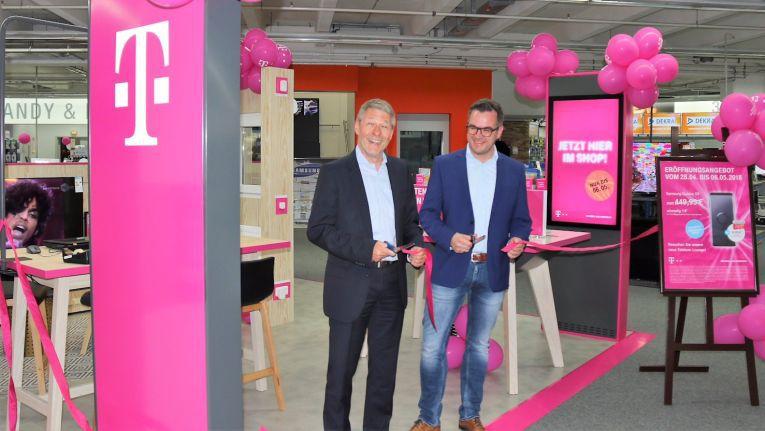 Für Geschäftsführer Danny Lenski, rechts neben Achim Abreder, Leiter Telekom Partner Region Südwest Privatkunden, ist das Fachmarktkonzept ein weiterer Meilenstein der Zusammenarbeit mit der Telekom.