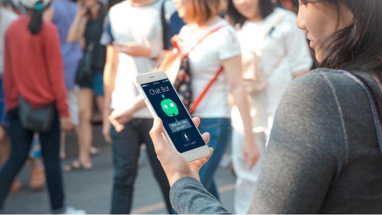 Wenn Unternehmen eine helfende Hand im Kundenservice ausstrecken - nehmen Verbraucher sie auch dann dankbar an, wenn ein Chatbot dahintersteckt.