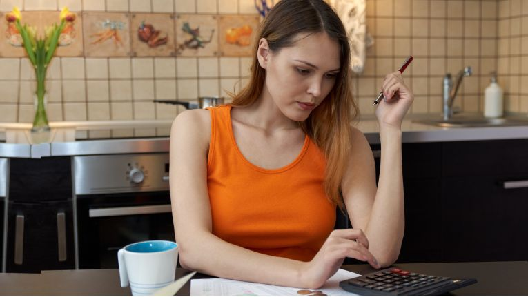 Vor allem junge Erwachsene zwischen 18 und 24 Jahren haben Verbindlichkeiten gegenüber Online-Händlern.