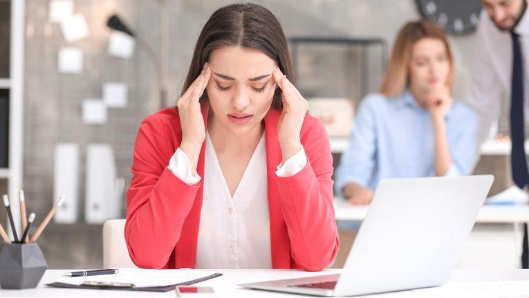 Nicht ergonomisch angepasste Arbeitsplatzumgebungen können zu verminderter Leistungsfähigkeit und Folgeerkrankungen führen.
