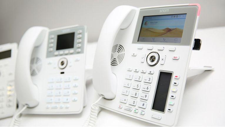 """Mit der """"White Edition"""" bietet Snom Technology eine technisch baugleiche, aber farbliche an moderne Arbeitsplätze angepasste Alternative zu seinen traditionell schwarz gehaltenen IP-Telefonen."""
