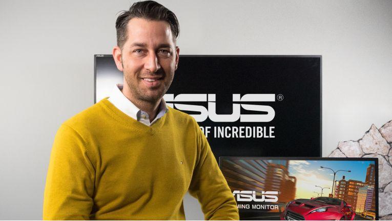 """""""Auch im Privatbereich verbringen Anwender viel Zeit am PC, weshalb die Ergonomie hier ebenfalls eine sehr wichtige Rolle spielt"""", Sebastian in het Panhuis, Country Product Manager LCD/Projector bei Asus."""