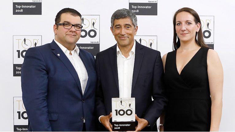 Bei der Preisverleihung von links: Shayan Faghfouri, Geschäftsführer DextraData, Ranga Yogeshwar, Mentor TOP 100 und Stefanie Kurzinsky, Marketingleiterin DextraData.