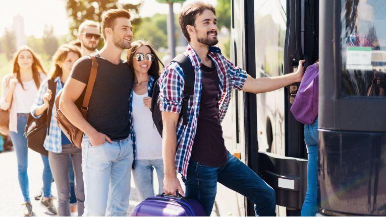 Passiert beim Ein- oder Aussteigen aus dem Bus ein Unfall, haften unter Umständen alle Beteiligten, so das Urteil vom 18. Mai 2018.