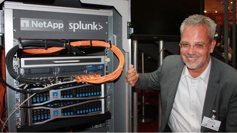 Arrow-Mitarbeiter Robert Reichl mit der von ihm wesentlich mitbetreuten Appliance von NetApp, Splunk und Veeam auf dem Arrow Sommerforum 2018 in München.