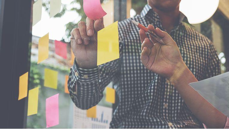 Damit Strategien die gewünschte Wirkung entfalten, sollten sich Firmen eine Liste der Faktoren aufstellen, die sie für die Umsetzung brauchen.