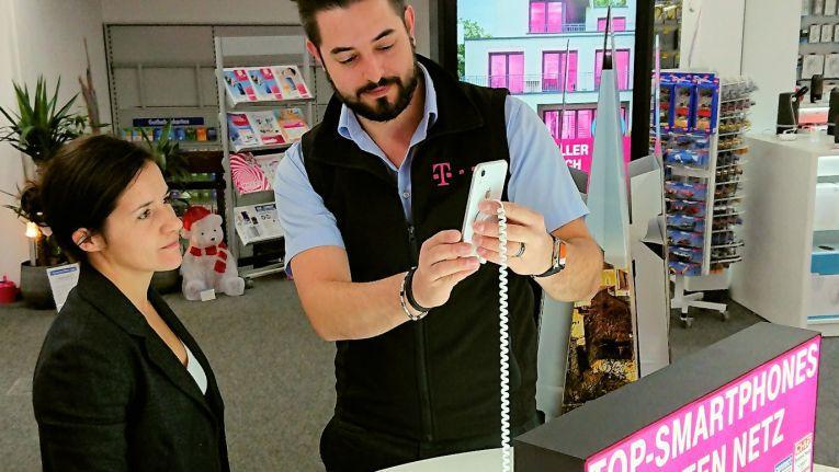 Markus Glas von Expert Schrobenhausen bei der Kundenberatung in der Telekom Shop-in-Shop-Fläche.