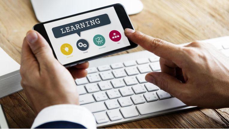 Mobile Lernsysteme eignen sich überall, wo kontinuierlich umfangreiches Fachwissen und Corporate-Know-how aktualisiert und erweitert werden muss.