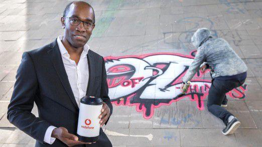 Eric Kuisch, Geschäftsführer Technik der Vodafone GmbH, mit der Alarmanlage 4.0, die Graffiti-Sprayer von illegalen Taten abhalten soll.