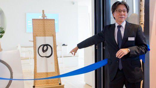Tsunehisa Okuno, Vorstand der NTT Group, malte zur Eröffnung den Enso, ein heiliges Symbol des Zen-Buddhismus.