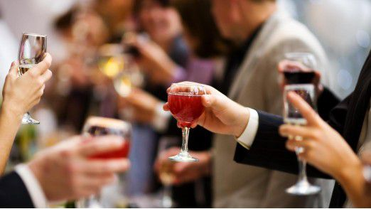 Achtung, Alkohol! Zuviel davon kann rasch zum Karrierekiller werden.